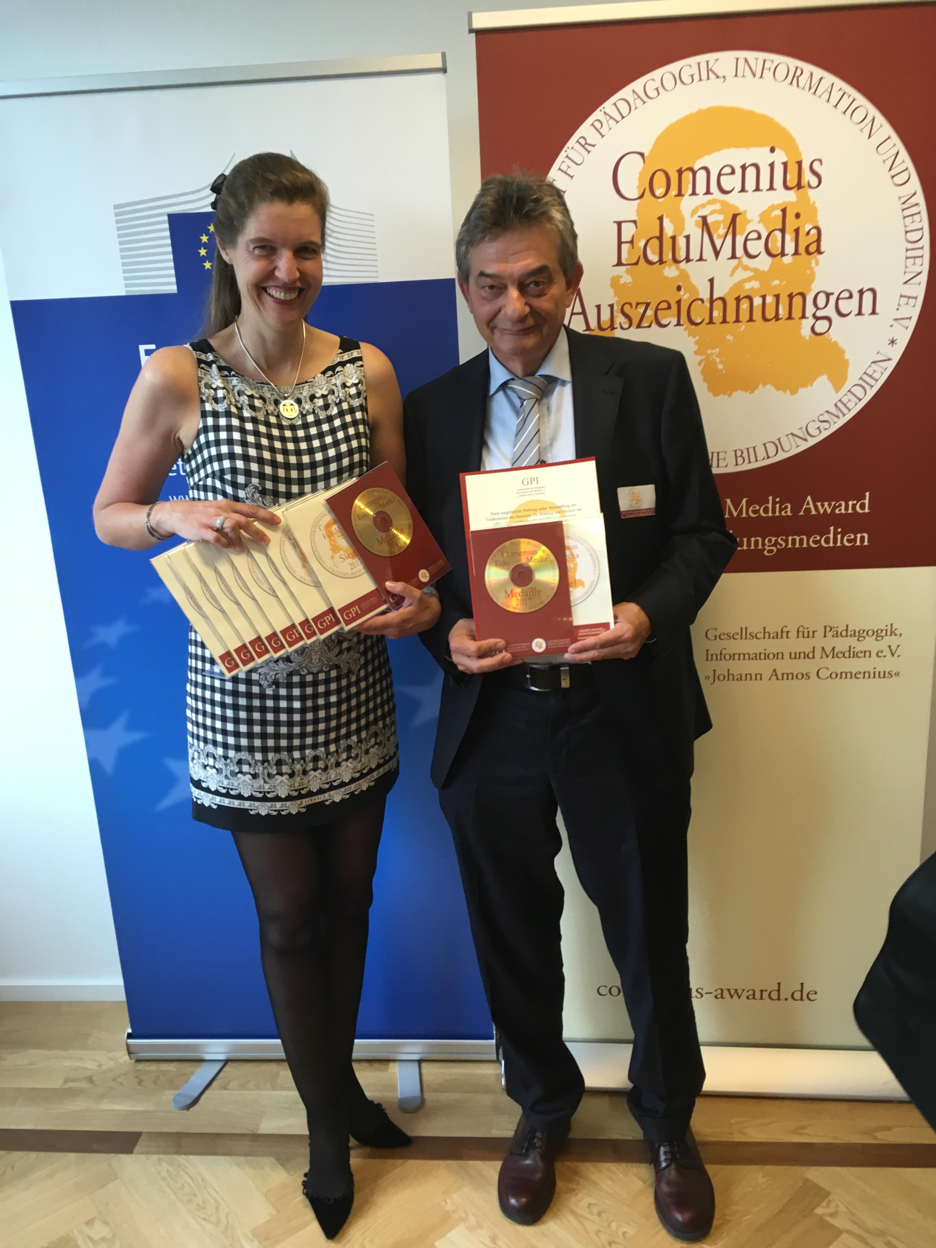 Anita Stangl und Thomas Schneider bei der Preisverleihung des Comenius Awards